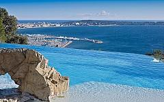 Infinity pool benefiting of views over to the Cap d'Antibes, Lerins islands, Bay of Cannes
